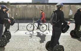 Faut-il autoriser les trottinettes électriques sur les trottoirs ?