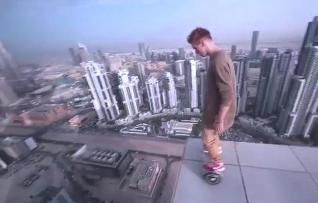Au sommet d'une tour de Dubaï… il prend des risques en hoverboard