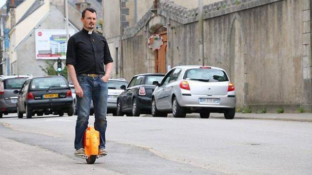 Insolite à Vannes. Le prêtre se déplace en roue électrique