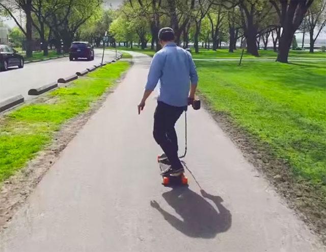 Il a créé son propre skateboard électrique, alimenté par une perceuse