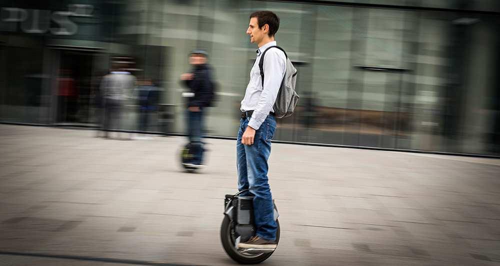 E-trottinettes, hoverboard, gyroroues… les citadins se déchaînent sur les trottoirs