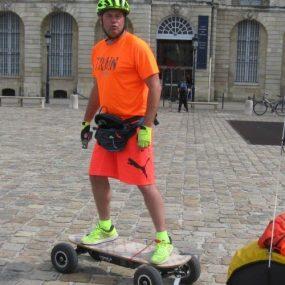 Fabrice Gropaiz fait le tour du monde en skate électrique
